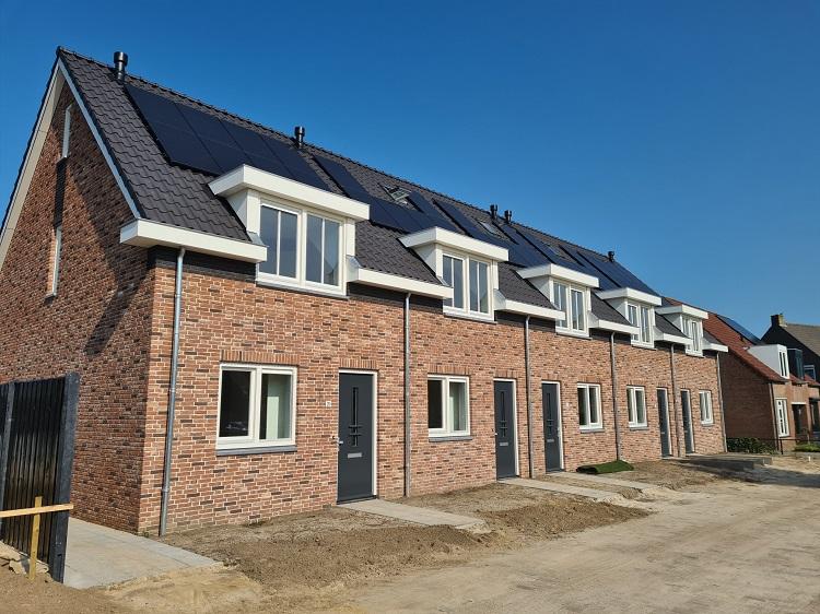 Huurders nieuwbouwwoningen Boterbocht Steensel ontvangen sleutels van de woningen